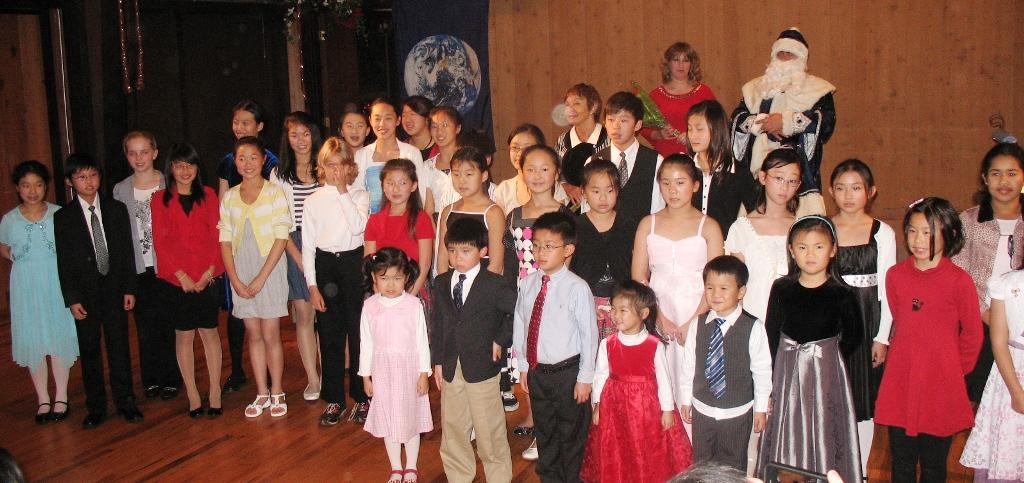 santa-claus-visits-honor-recital-2009_28339176991_o