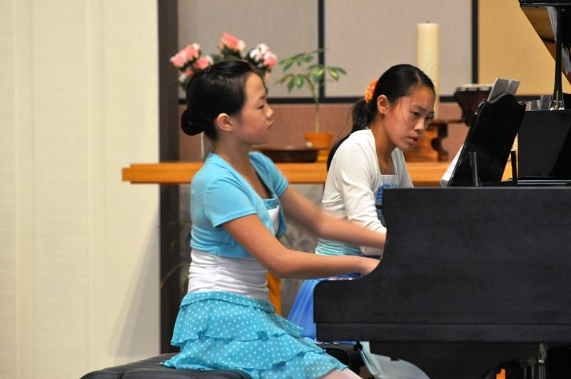 girls-duo-performance_28418099445_o